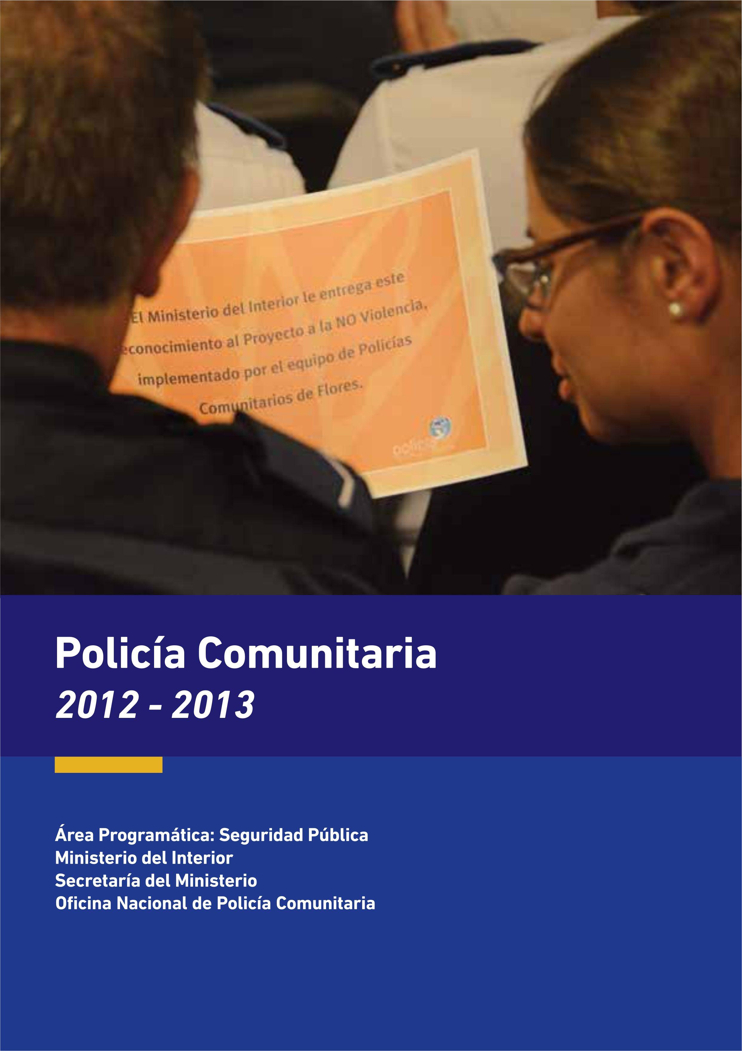 Imagen con dos policías mirando su diploma de ingreso de la capacitación